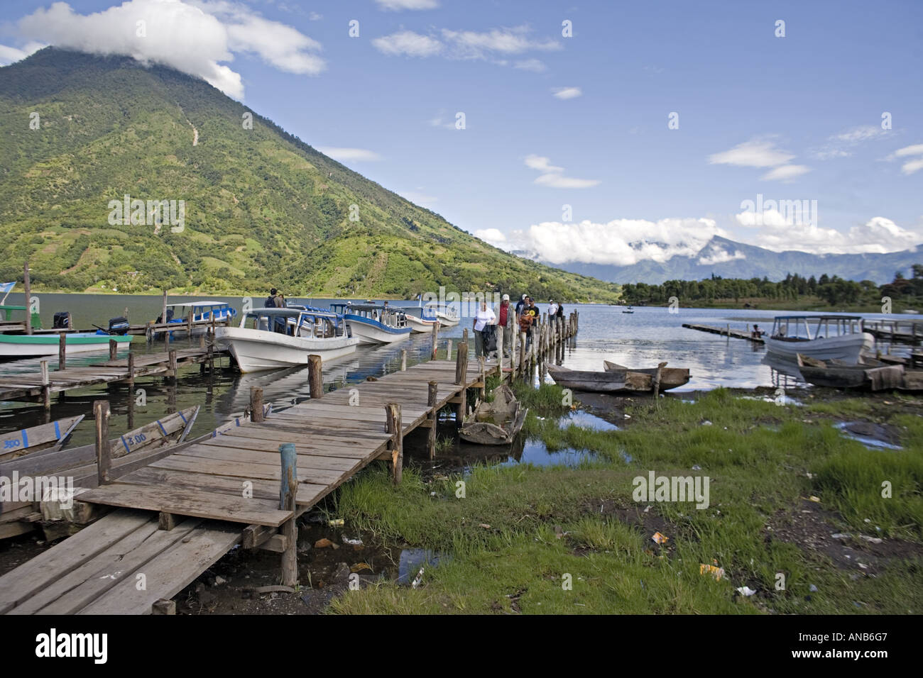 GUATEMALA SANTIAGO ATITLAN Group of tourists arriving by boat at the dock on Lake Atitlan at Santiago Attitlan - Stock Image