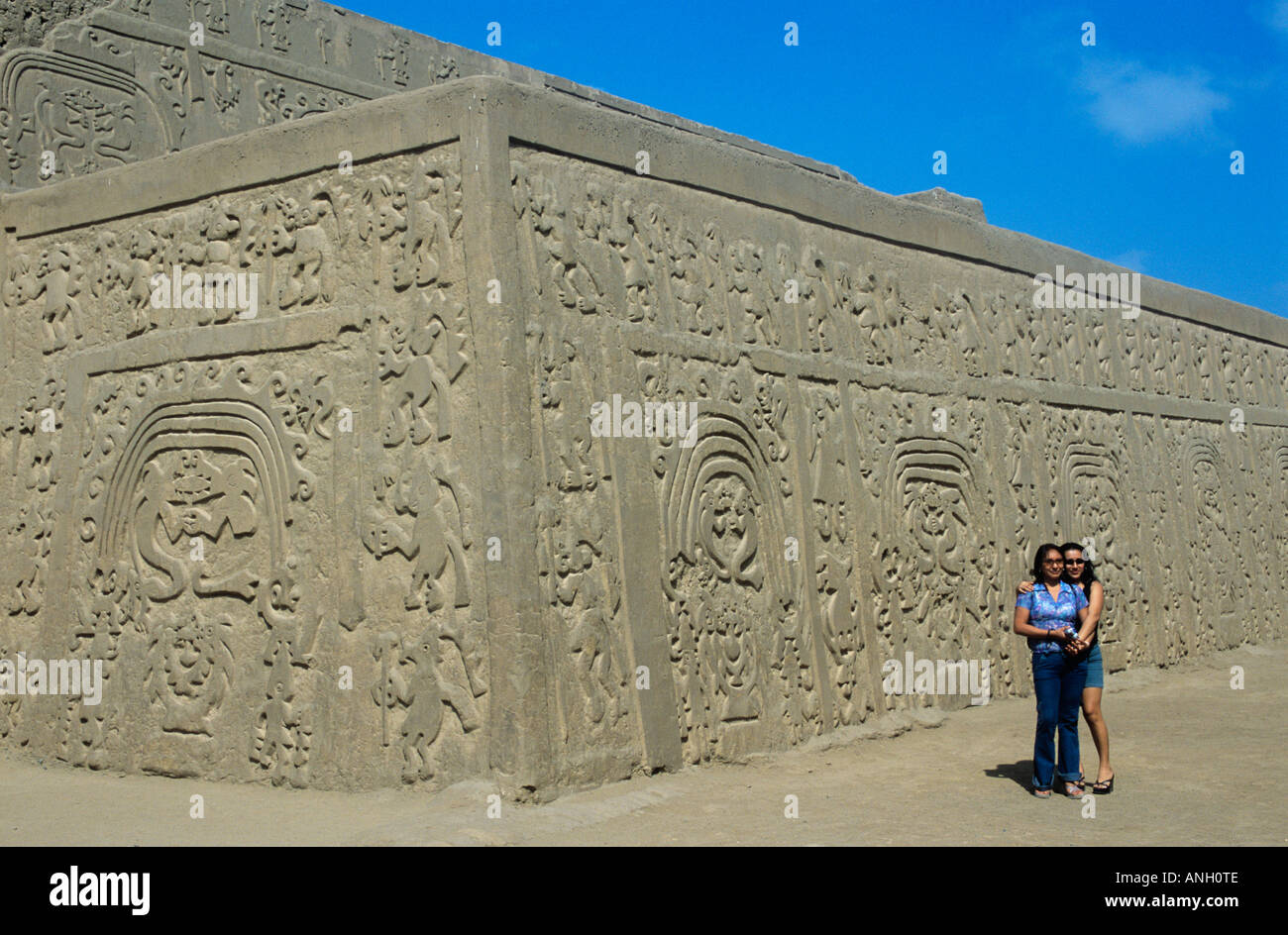 The patterned walls of the Huaca Arco Iris, a pyramid-temple in Trujillo, Peru, are said to symbolise rain and fertility - Stock Image