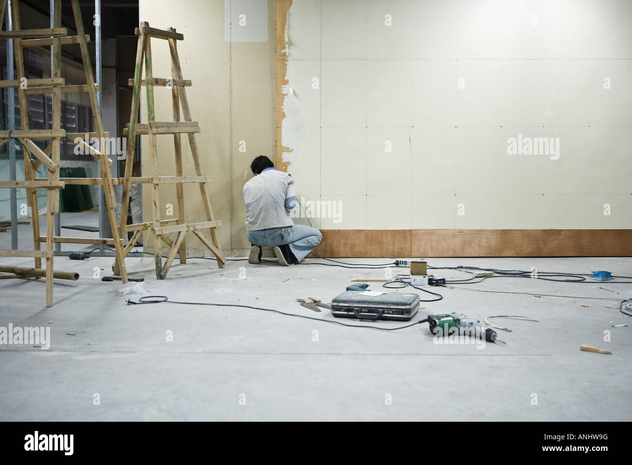Man installing wallboard - Stock Image