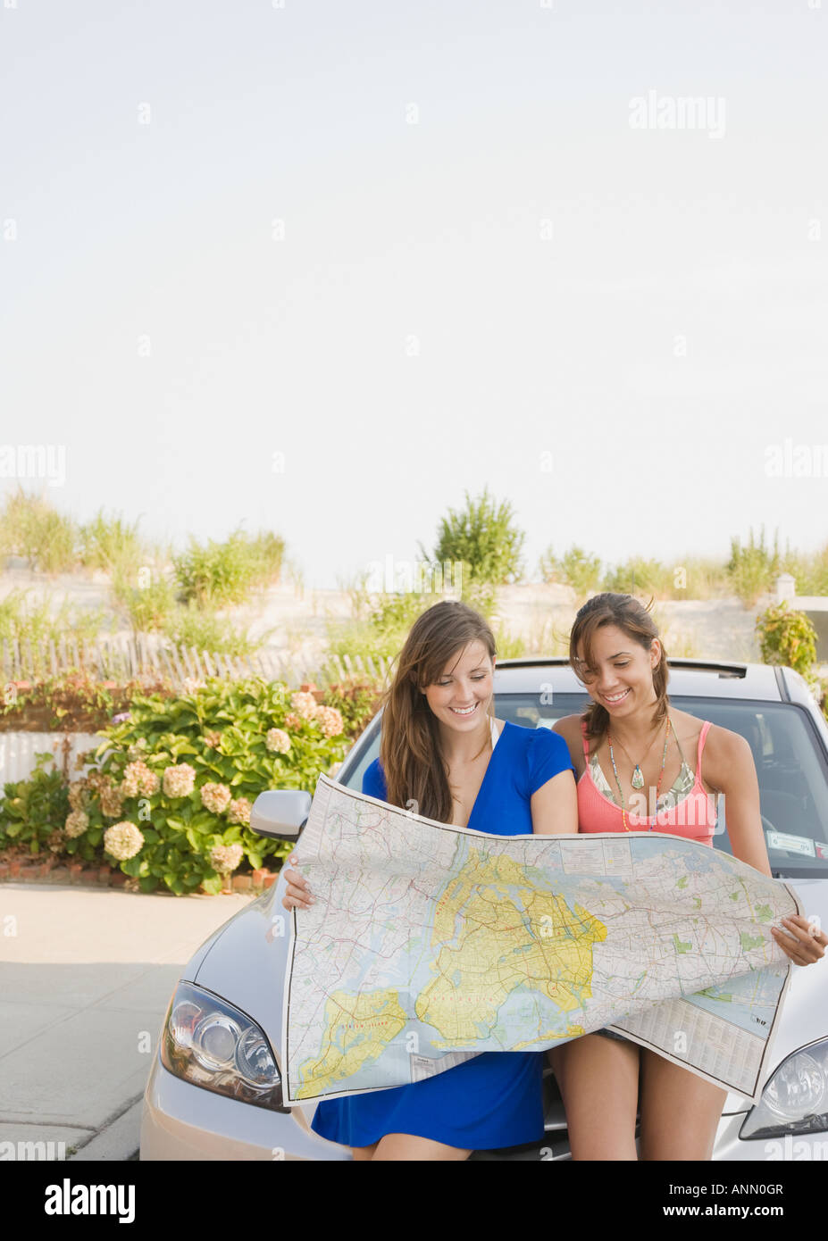 Young women looking at map - Stock Image