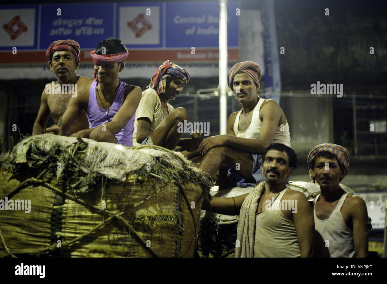 Porters at the wholesale market for fruit and vegetables in Kolkata, India. - Stock Image
