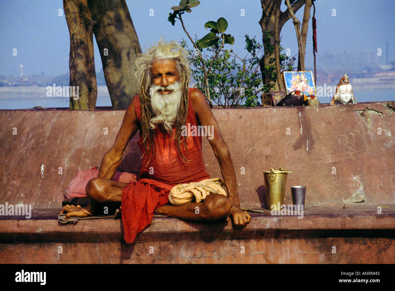 Calcutta India Sadhu And Shrine By Hoogly River - Stock Image