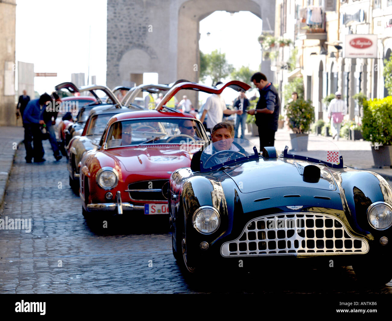 1950 Jaguar Parravano in front of row of gull wing door Mecedes with background of Roman arch - Stock Image