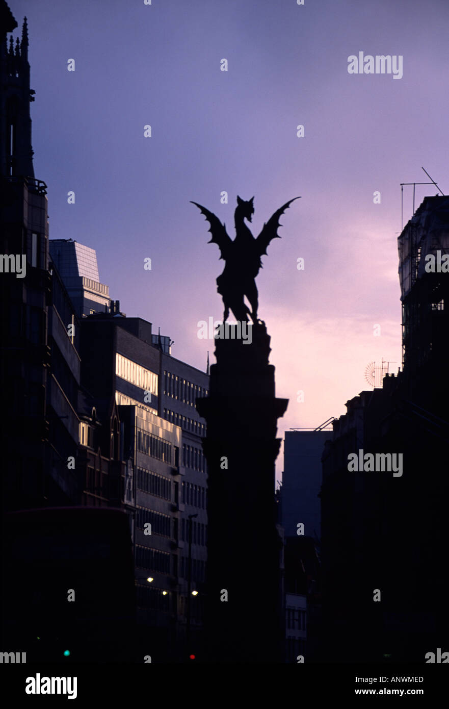 THE GRIFFIN AT THE ENTRANCE TO THE CITY OF LONDON BETWEEN FLEET STREET AND THE STRAND DAWN MARCH 1993 ENGLAND PHOTO TERRY FINCH - Stock Image