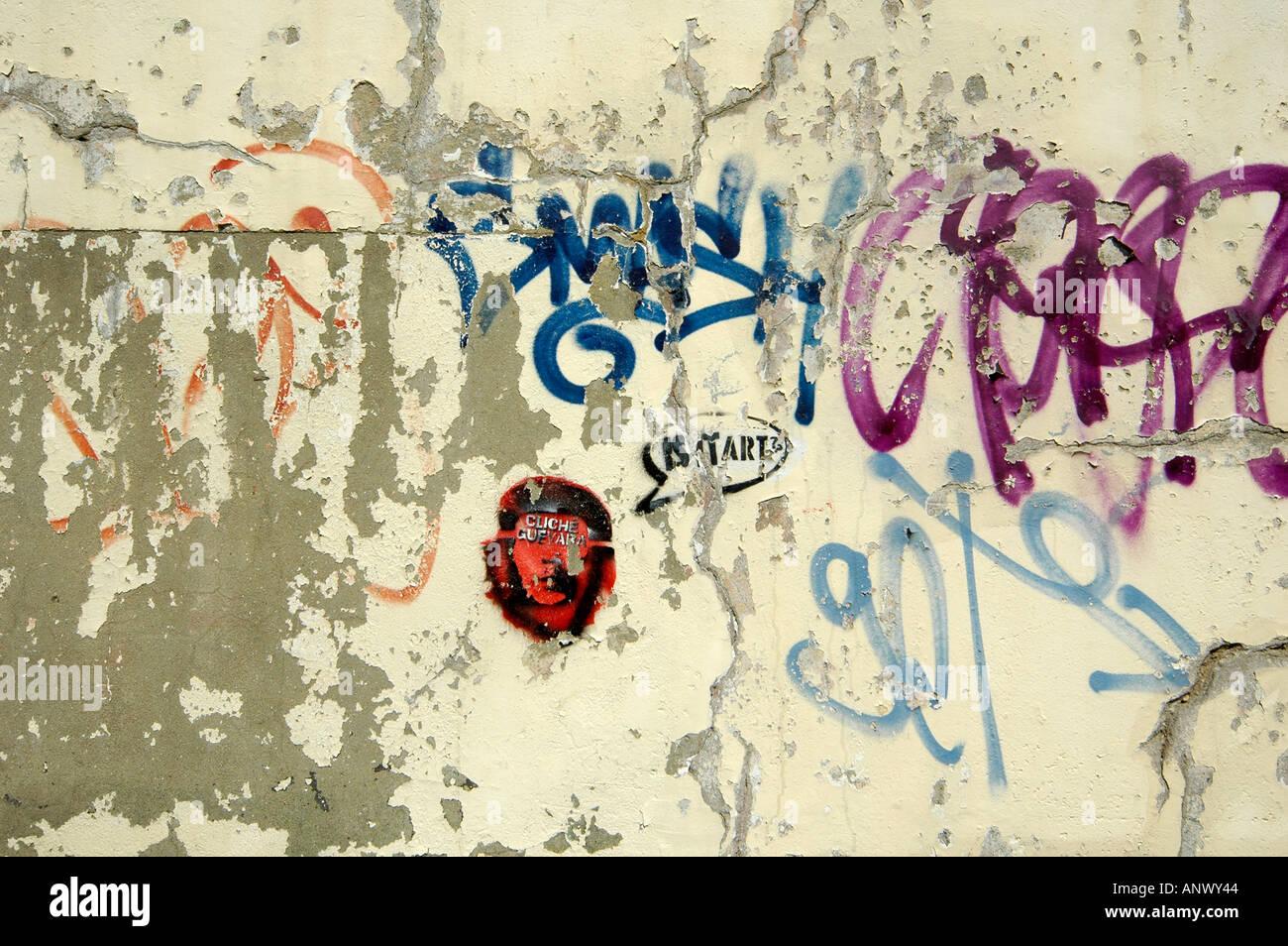 graffitti graffiti grafiti on wall showing person che guevara icon logo - Stock Image