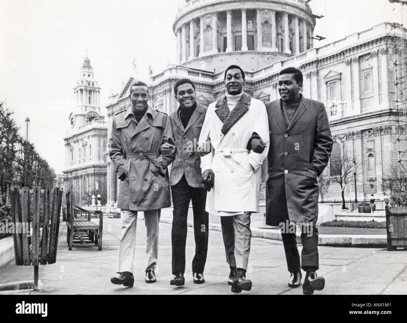 FOUR TOPS US group ouside St Paul s London in 1966 - Stock Image