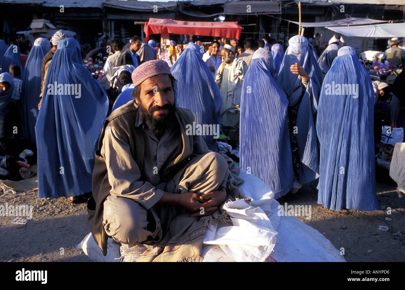 Kabul women in burka shopping - Stock Image