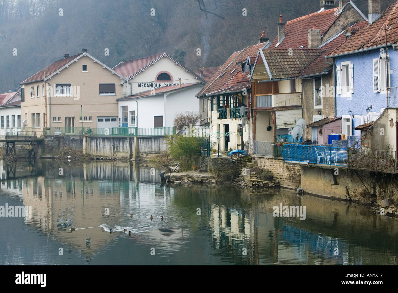 FRANCE, Jura, Doubs, L'ISLE, SUR, LE, DOUBS: Doubs River Valley / Canal Town - Stock Image