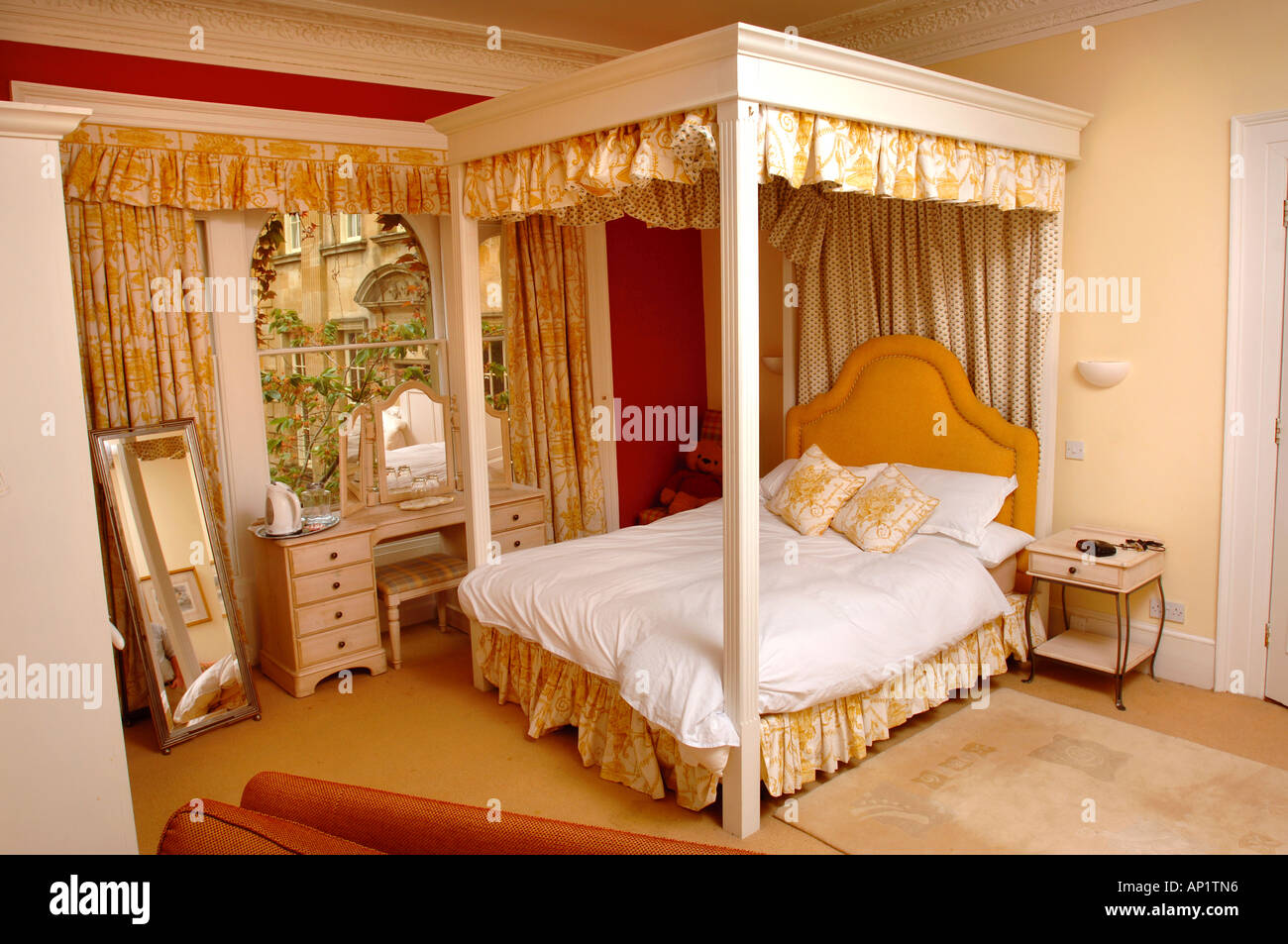 A LUXURY BED AND BREAKFAST BEDROOM IN A TOWN HOUSE IN THE COTSWOLDS GLOUCESTERSHIRE UK - Stock Image