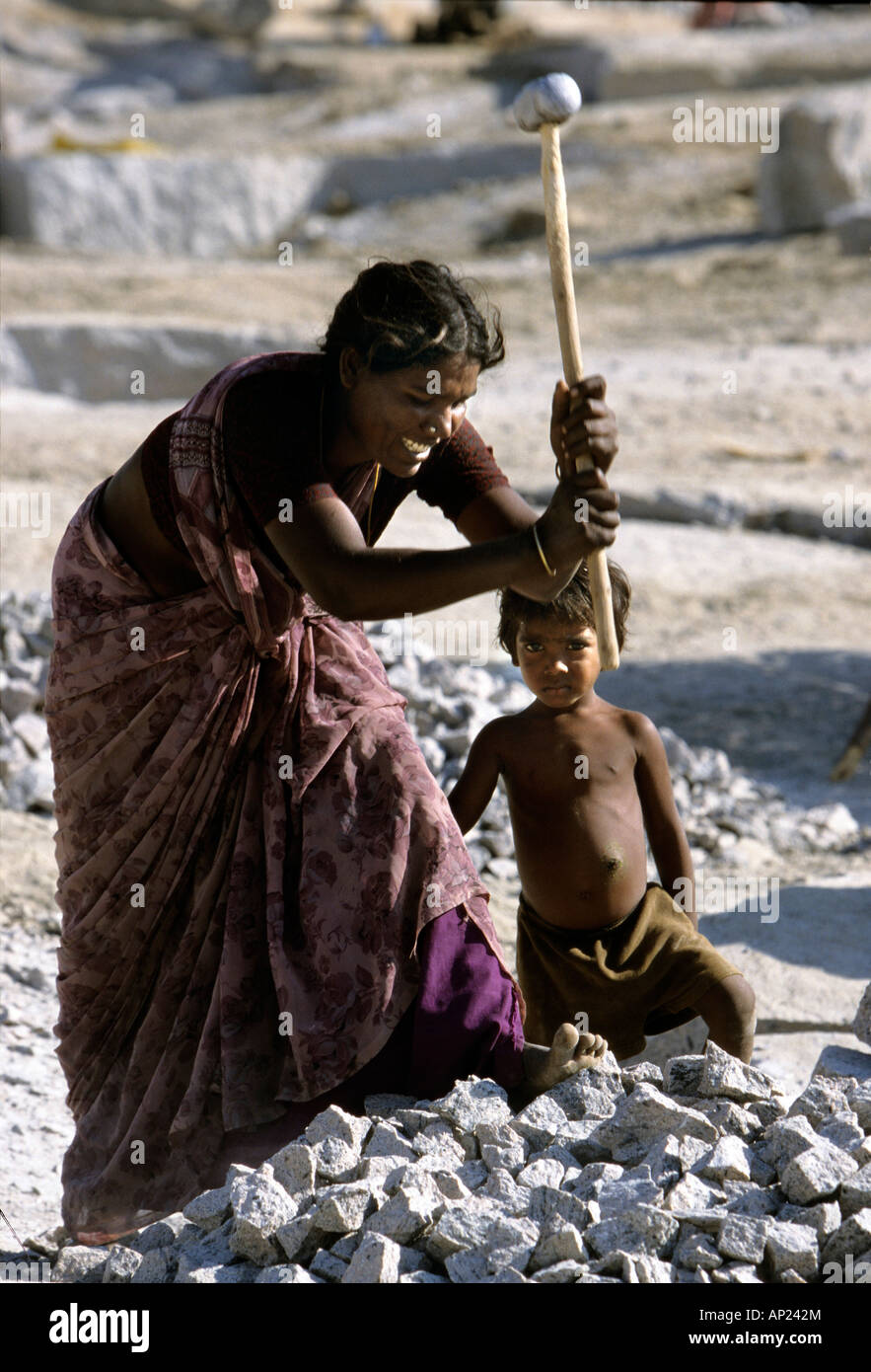 India: woman from the cast of the untouchables and her child working in a quarry near Madurai - Stock Image