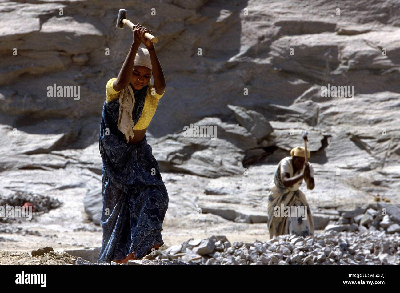 India: women from the cast of the untouchables working in a quarry near Madurai - Stock Image
