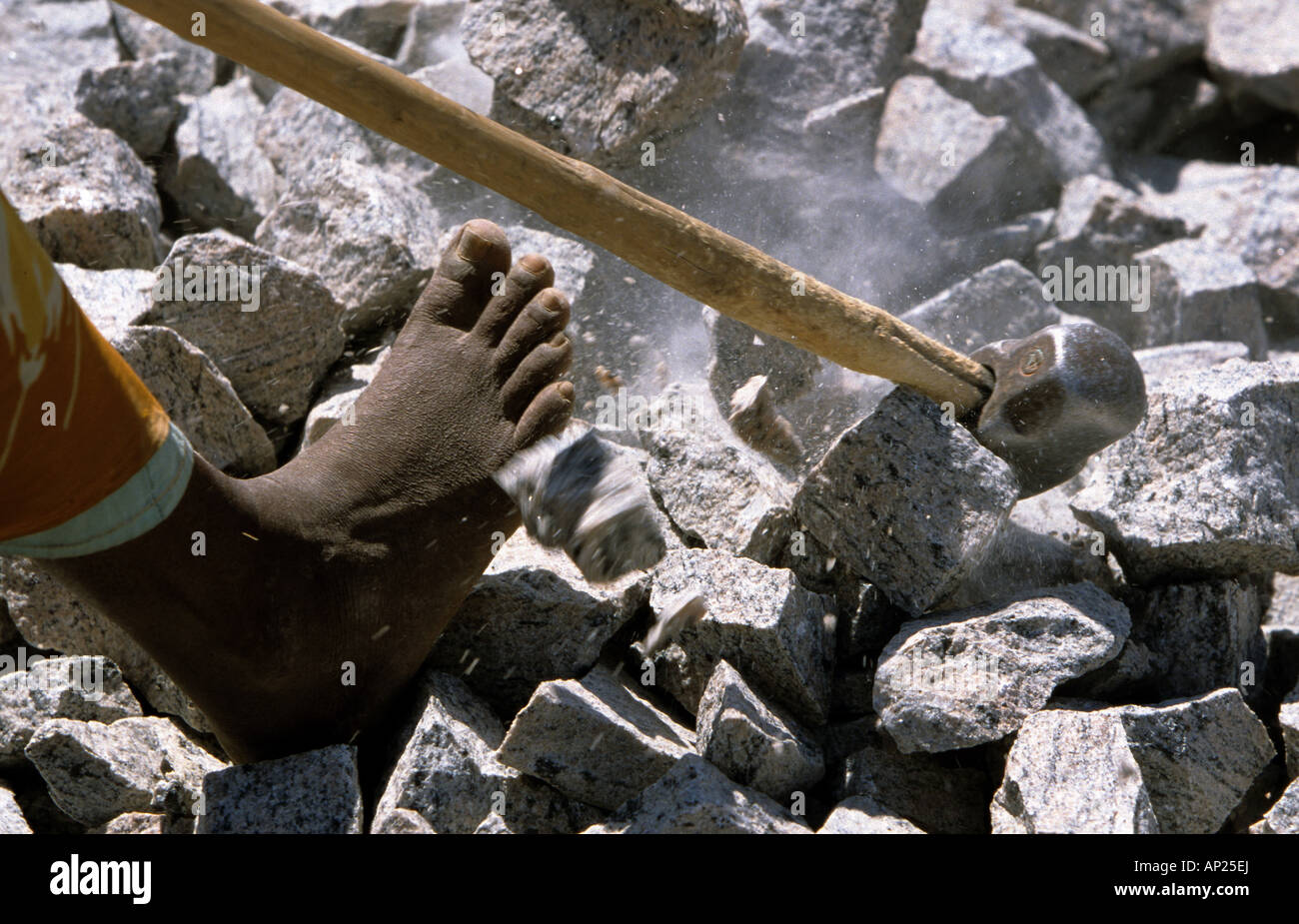 India: woman from the cast of the untouchables working barefoot in a quarry near Madurai - Stock Image