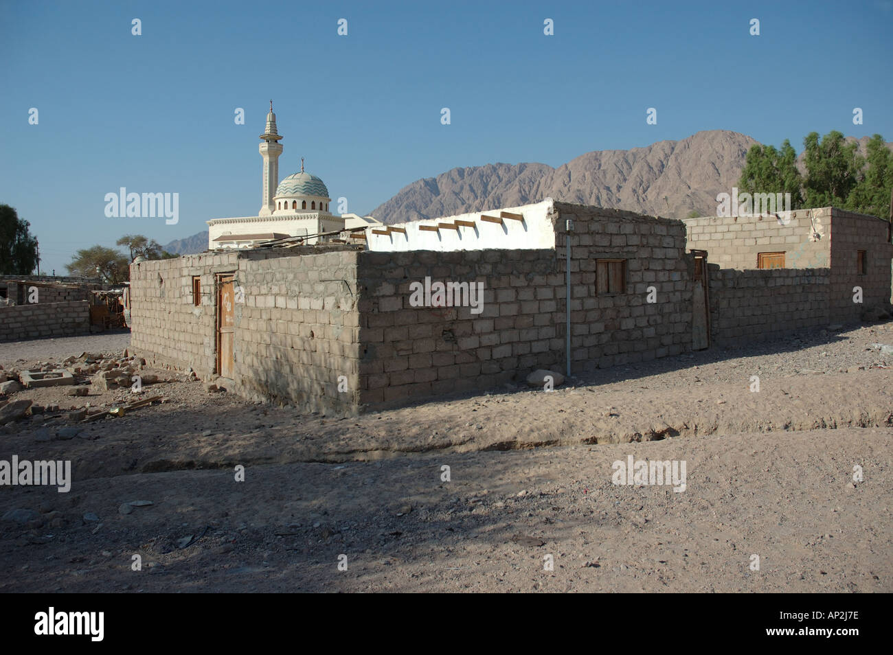 A Bedouin settlement showing mosque and minaret near Nuweiba in the Sinai region of Egypt - Stock Image
