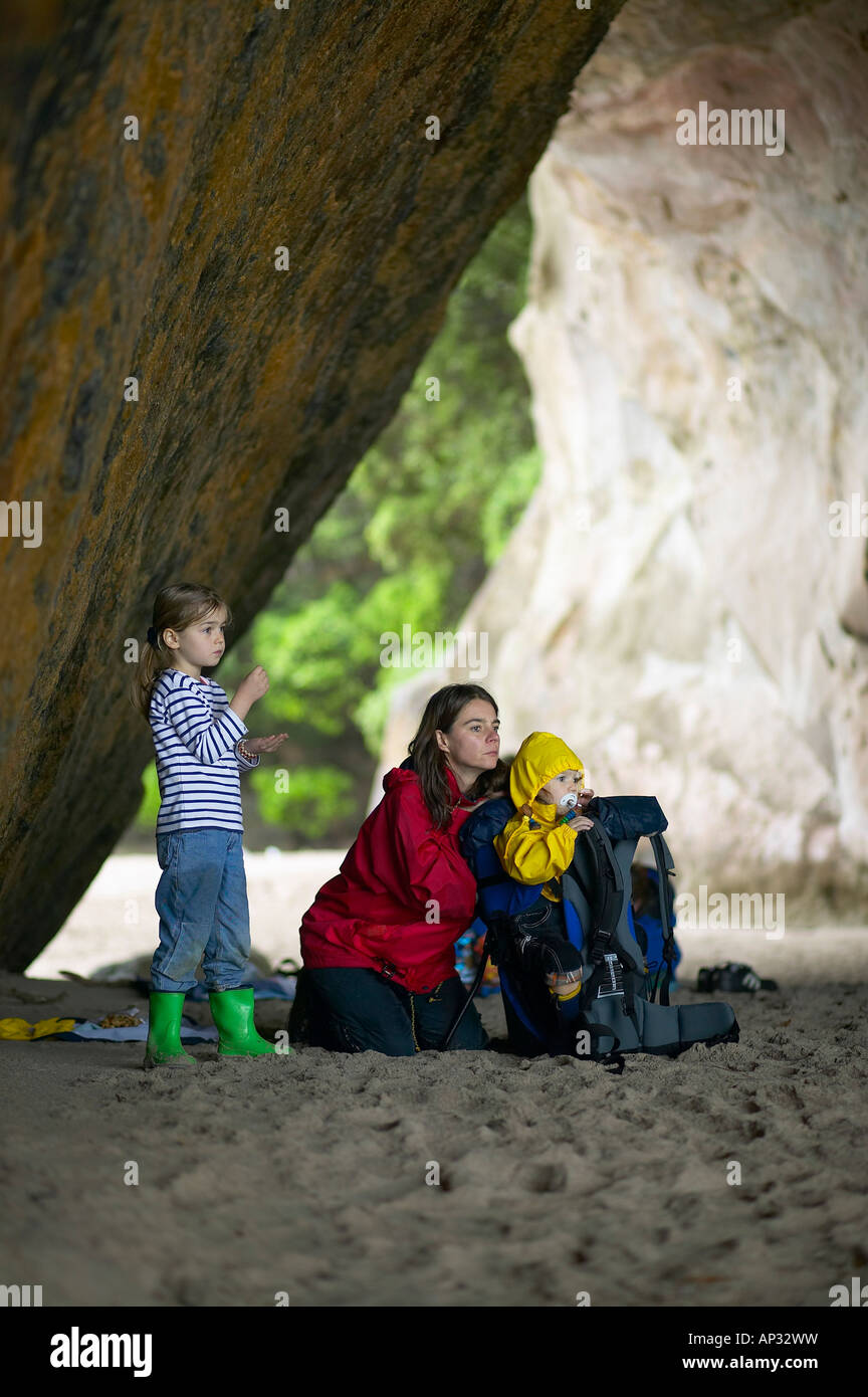 Mother with daughters at Cathedral Cove, during rain, hiking track to Cathedral Cove Beach, near Hahei, eastcoast, - Stock Image
