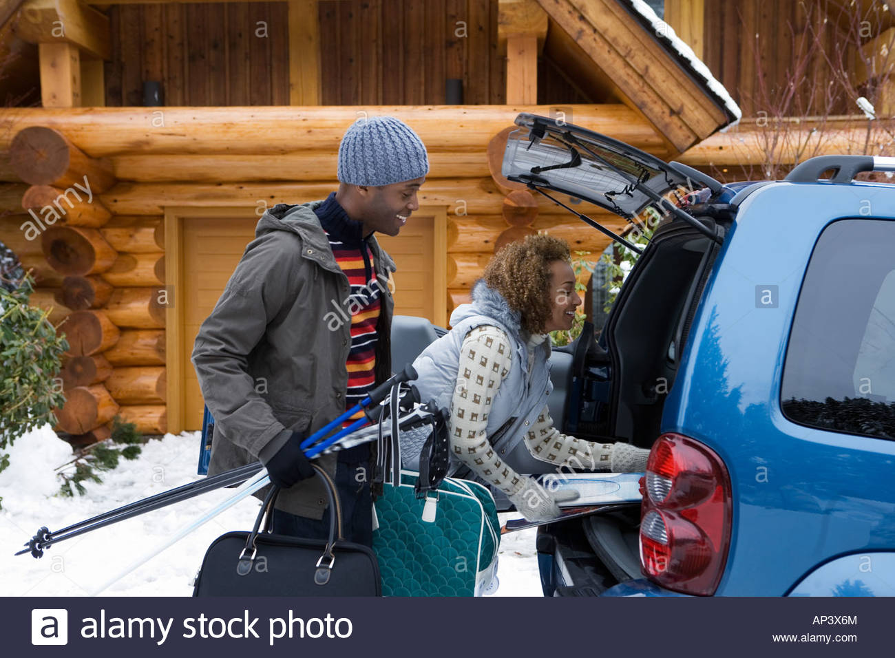 Couple packing car boot - Stock Image