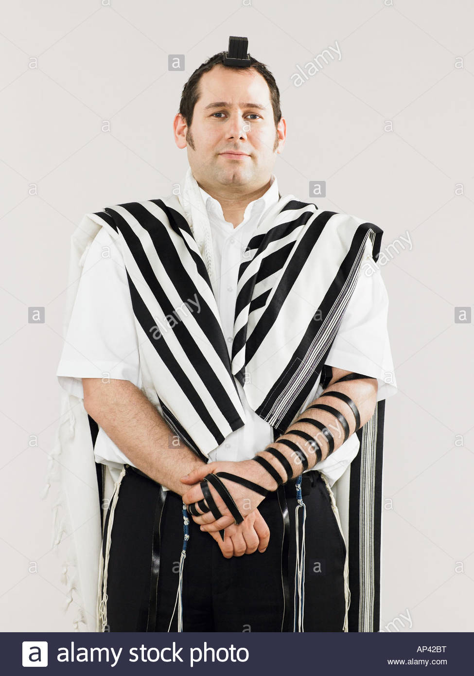Jewish man wearing tallit and teffillin for prayers - Stock Image