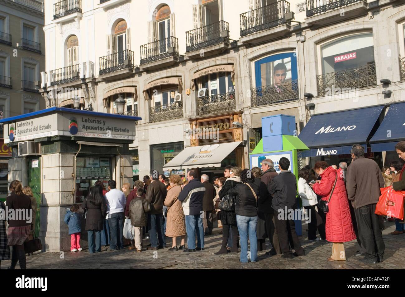 People in Madrid queuing for lottery tickets (Spain). Madrilènes faisant la queue pour des billets de loterie - Stock Image
