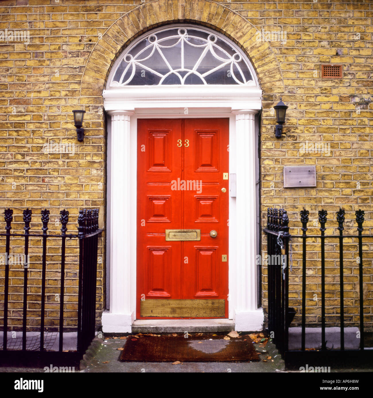 Red door with a fanlight front of Georgian house in Islington London UK KATHY DEWITT & Red door with a fanlight front of Georgian house in Islington Stock ...