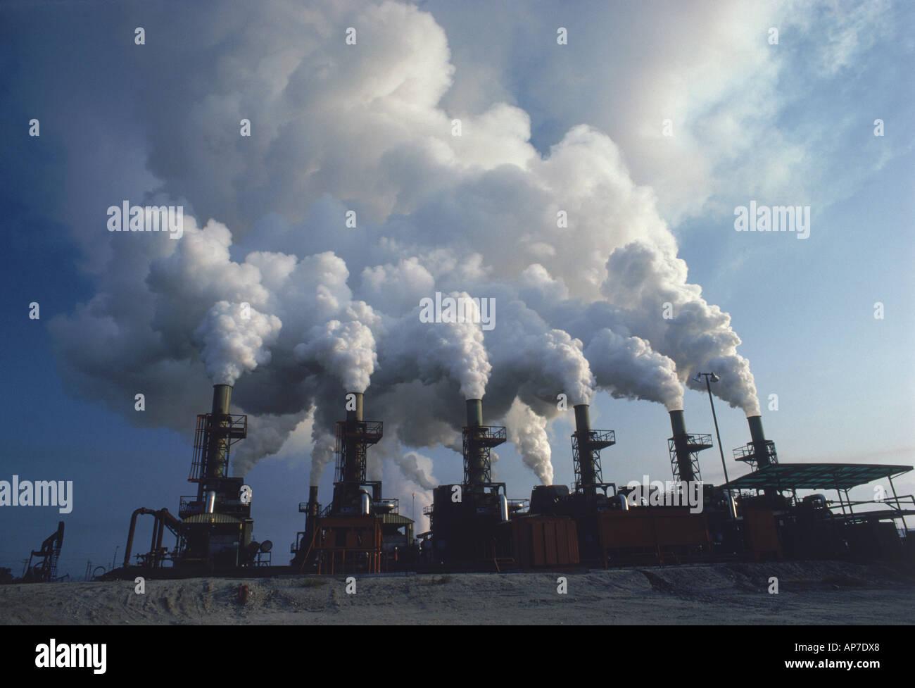 Oil refinery emitting air pollution near Santa Rosa, California - Stock Image
