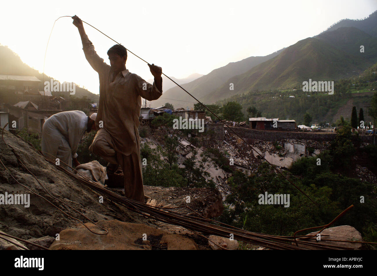People from Chinari start to rebuild their houses after the 8th October 2005 Earthquake, Musaffarabad, AJK Kashmir, Pakistan - Stock Image