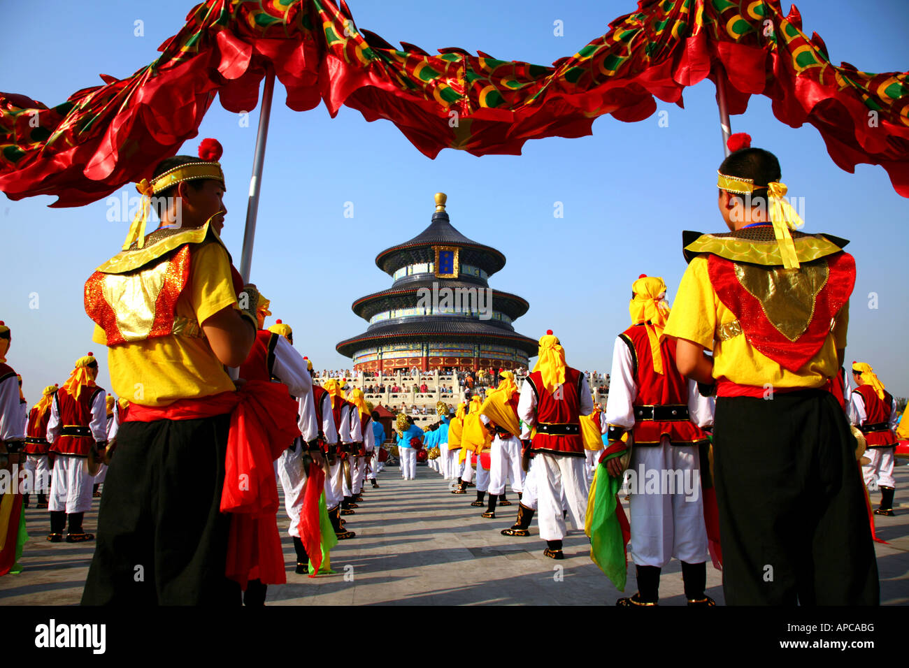 Temple of Heaven 'Prayer for Good Harvest' Hall, World Heritage Site, with costumed dragon dancers on forecourt. - Stock Image