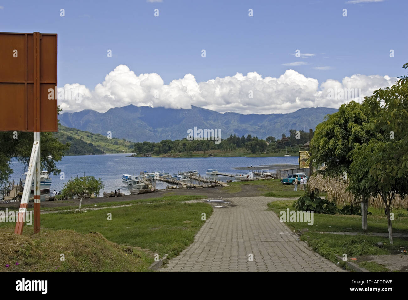 LAKE ATITLAN Boat dock at Santiago Atitlan with San Pedro Volcano - Stock Image