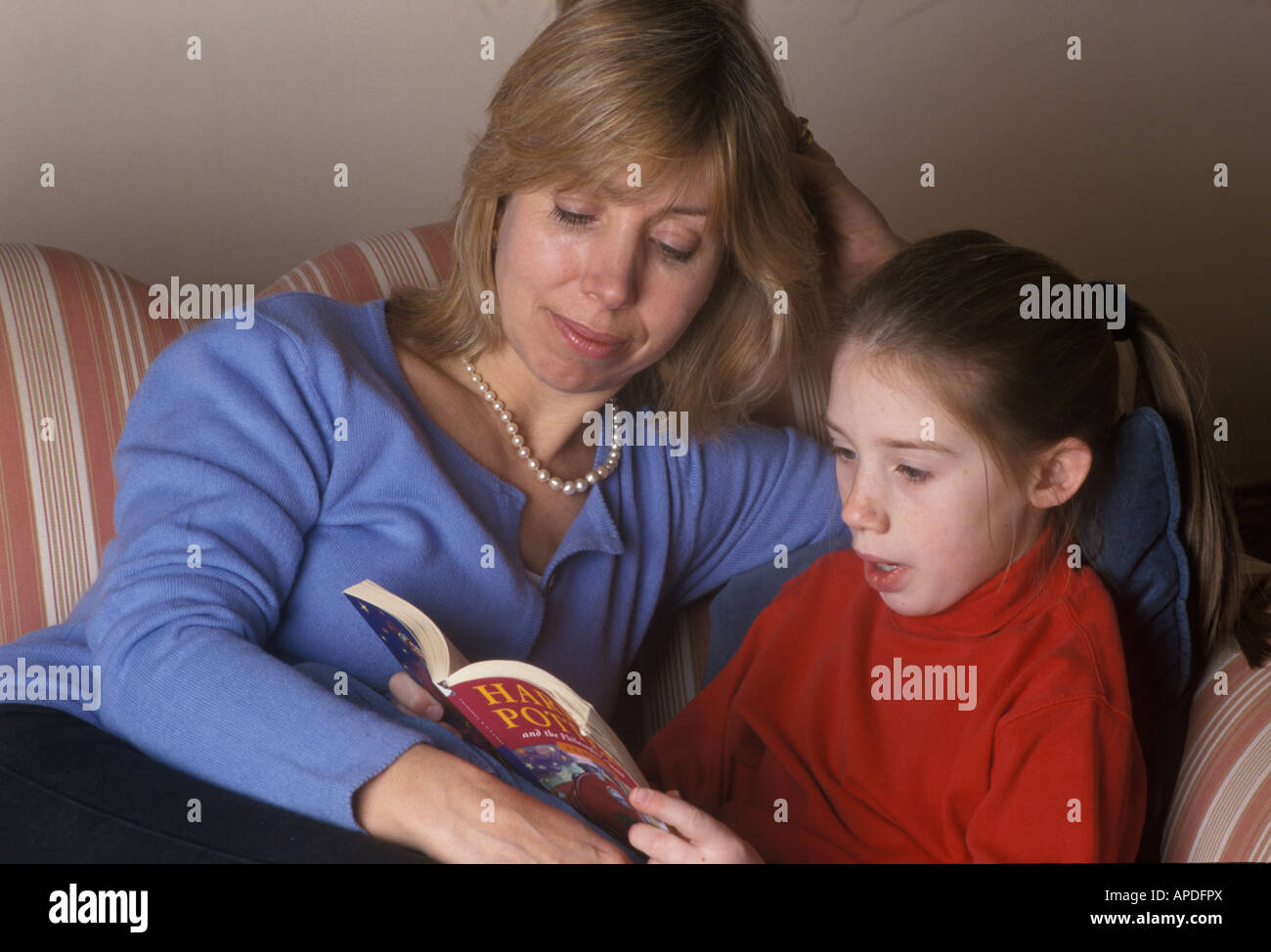 parent and child reading together - Stock Image