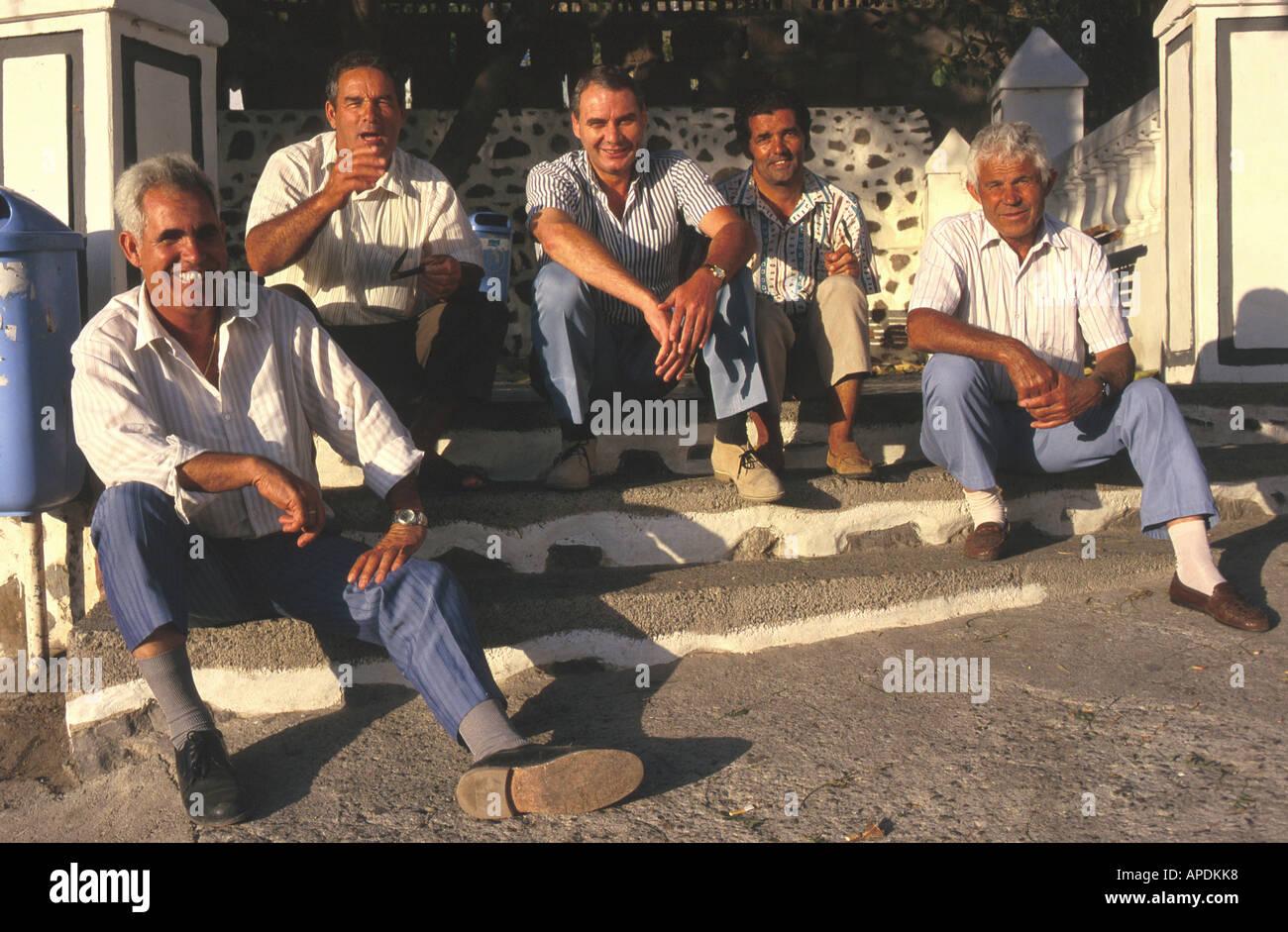 Maenner am Dorfplatz, El Risco, Agaete, Gran Canaria, Kanarische Inseln Spanien, STUeRTZ S.57 - Stock Image
