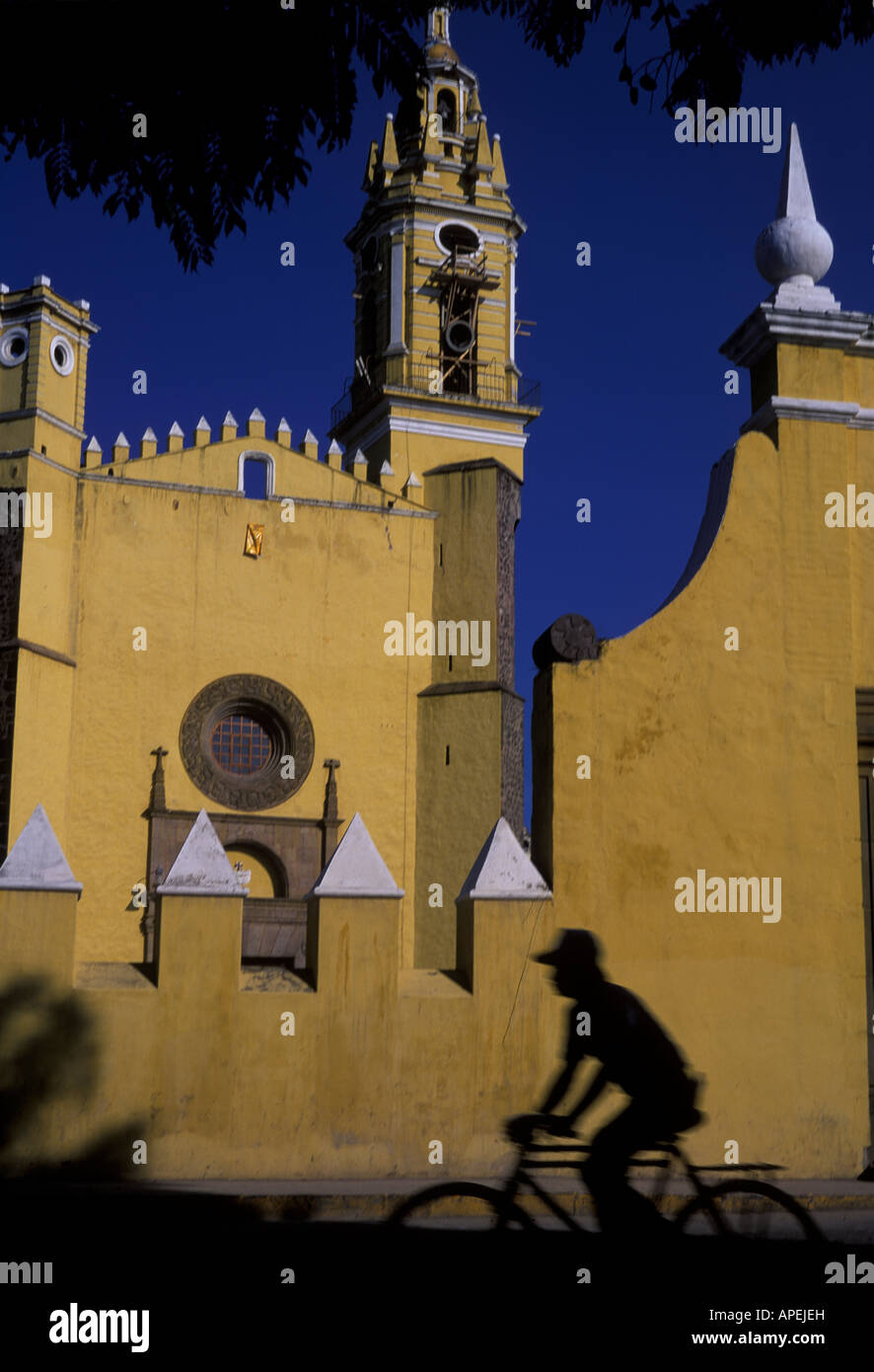 Silhouette of cyclist in front of San Agustin church, Puebla, Mexico - Stock Image