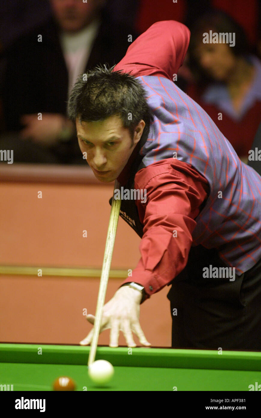 Dominic Dale playing in the 2004 World Snooker Championships in Sheffield - Stock Image