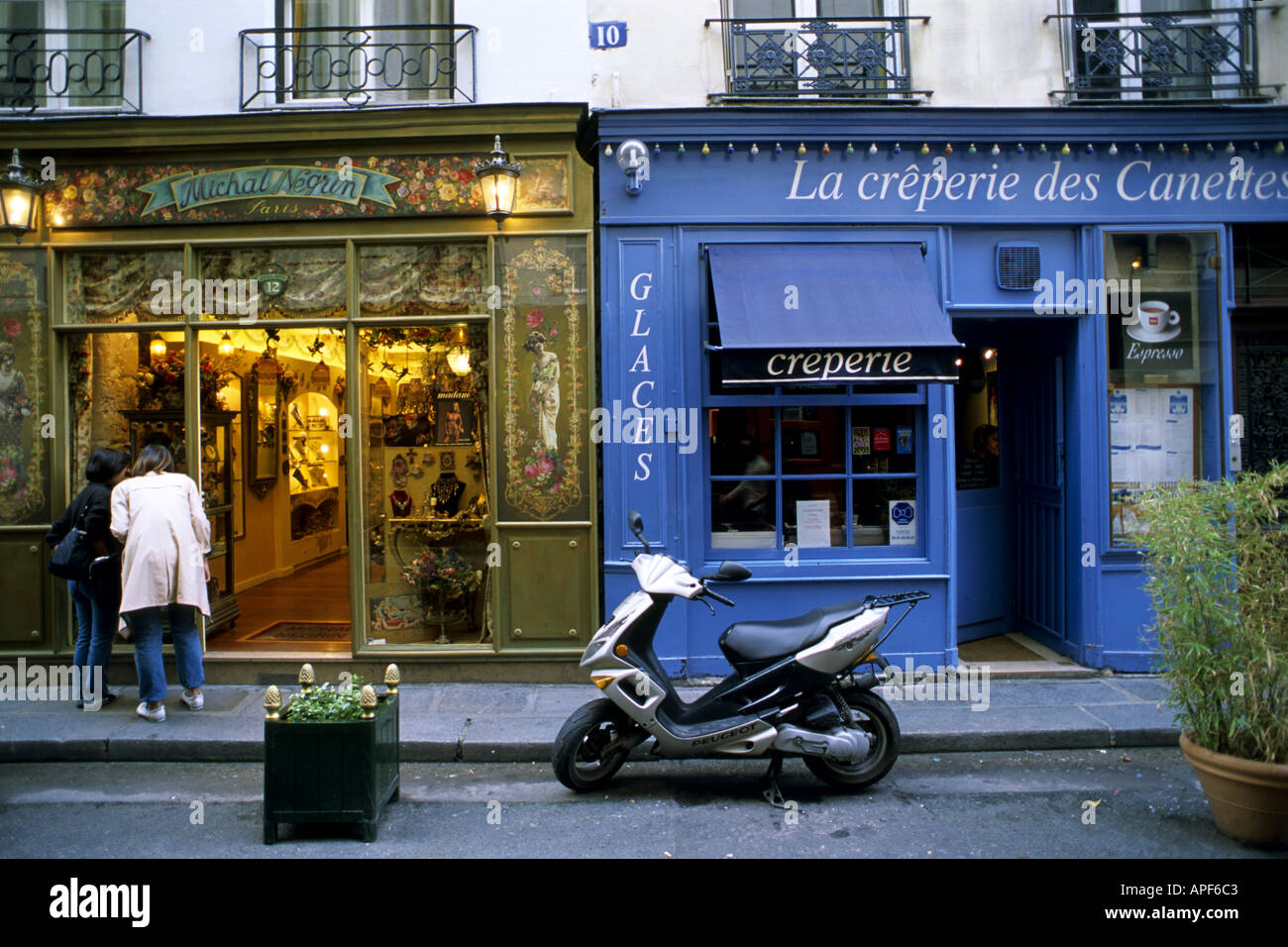 France Paris Left Bank street scene shops people - Stock Image