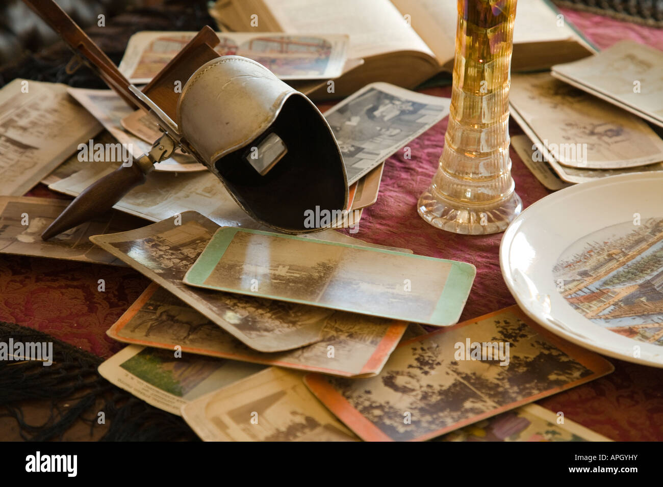 ILLINOIS Rockford Stereoscope and viewing cards on table plate from Chicago Worlds Fair Midway Village - Stock Image