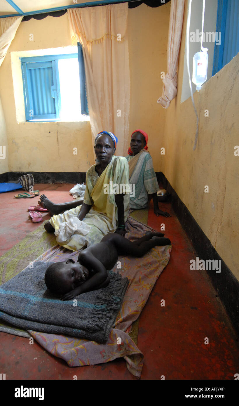 Child and family lying in a Sudanese clinic - Stock Image