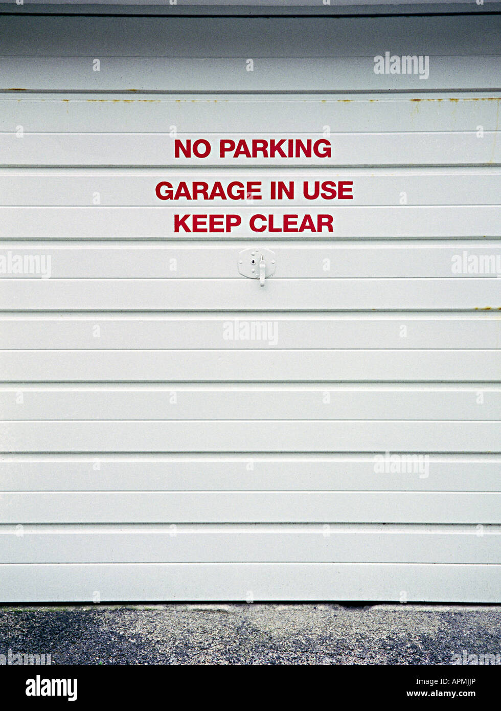 no parking notices on a garage door & no parking notices on a garage door Stock Photo: 15824253 - Alamy