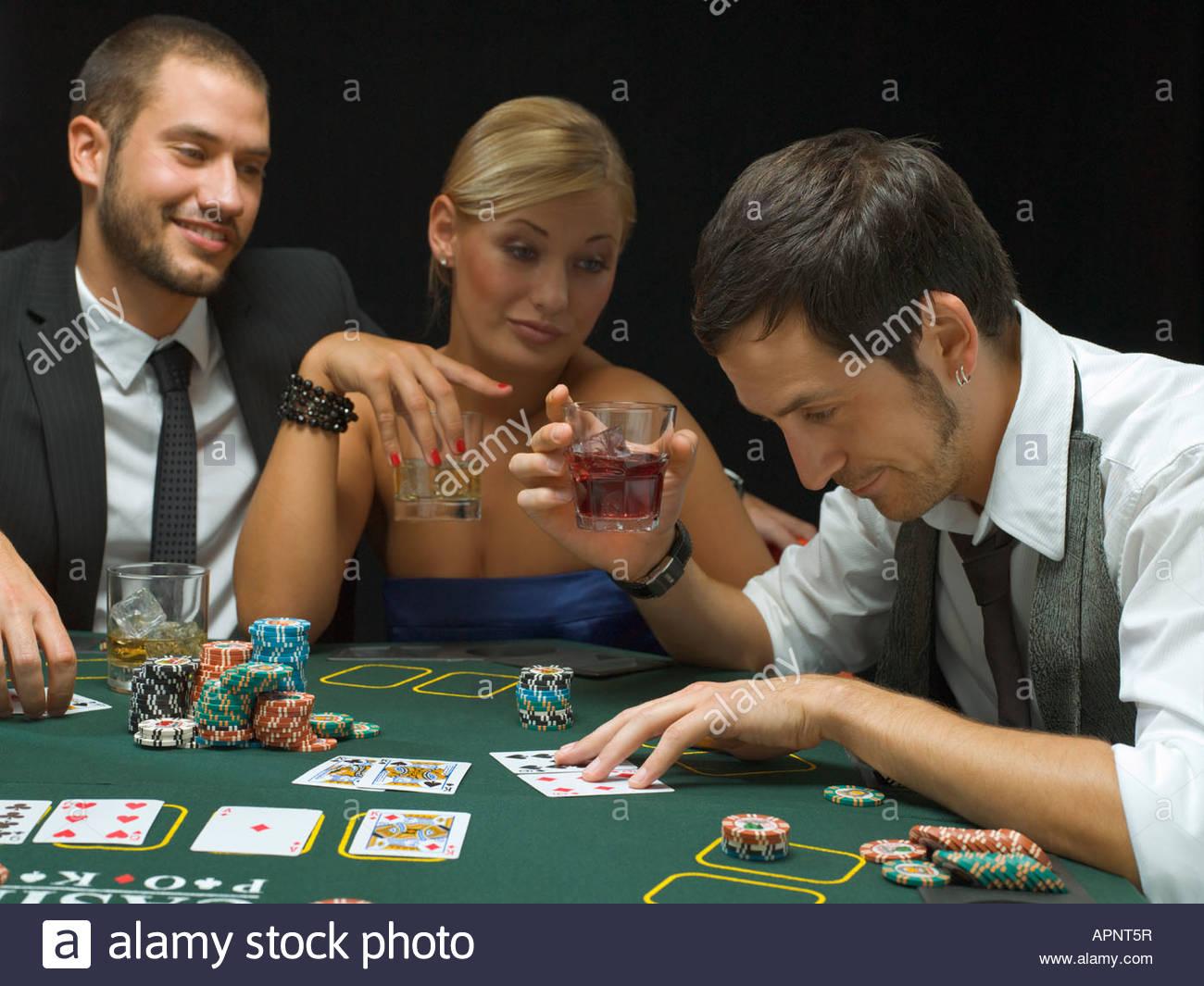 Мужики играют с женщинами в карты видео — pic 2