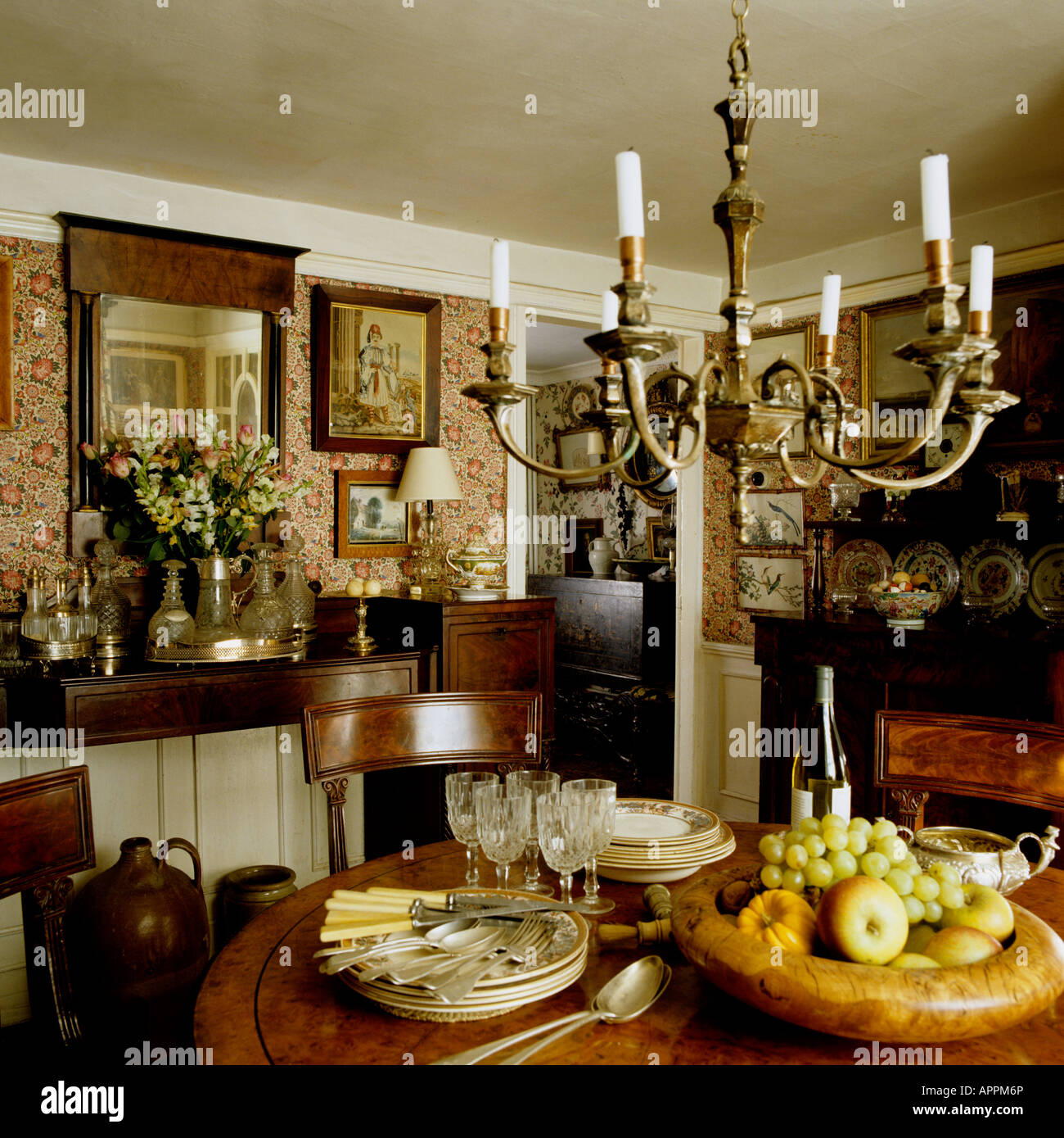 Merveilleux Dining Room With Fruit Bowl In Traditional English Country ...