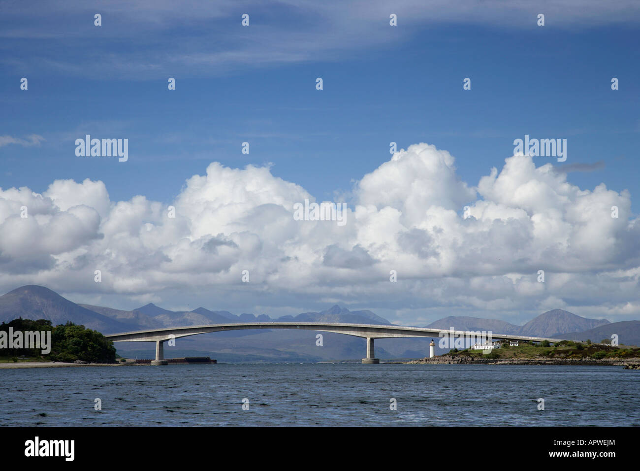 SKYE BRIDGE THE ROAD BRIDGE SPANS LOCH ALSH BETWEEN THE MAINLAND AND THE ISLE OF SKYE - Stock Image