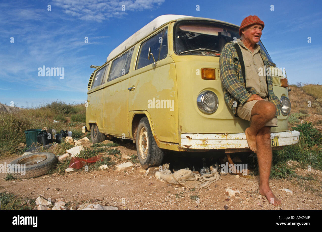 Luckless opal miner and his old VW-van, Locals live an alternative bush lifestyle - Stock Image