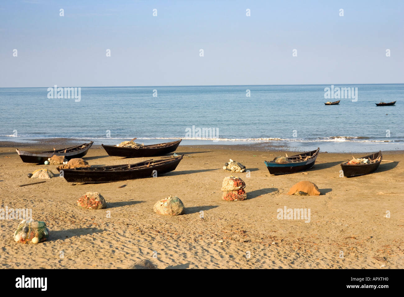 Fishing boats on the beach of Cuthbert Bay, Long island, Andamanen, Indien - Stock Image