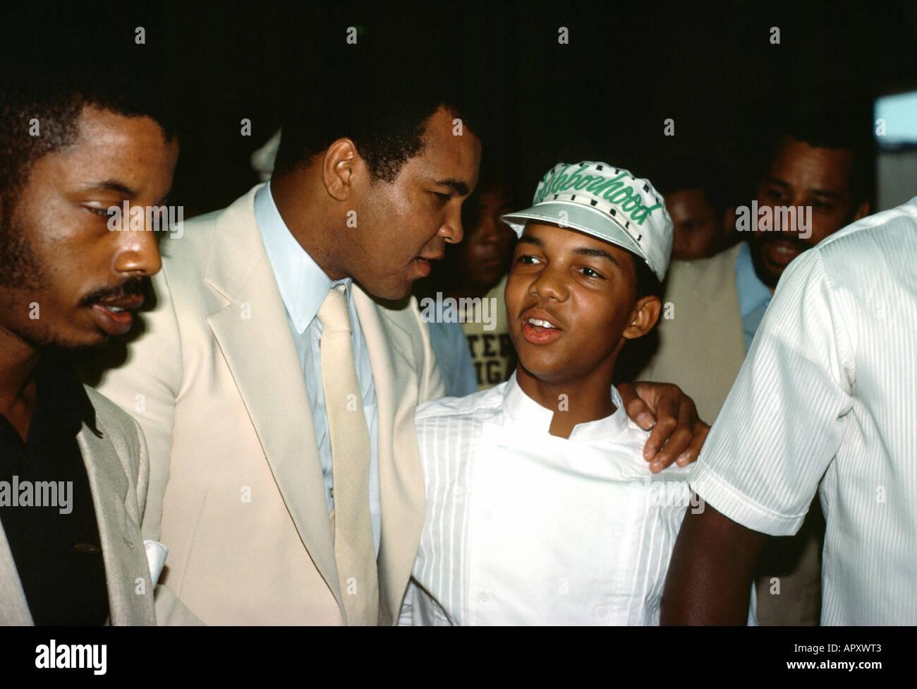USA Muhammad Ali With Arm Around Boy - Stock Image