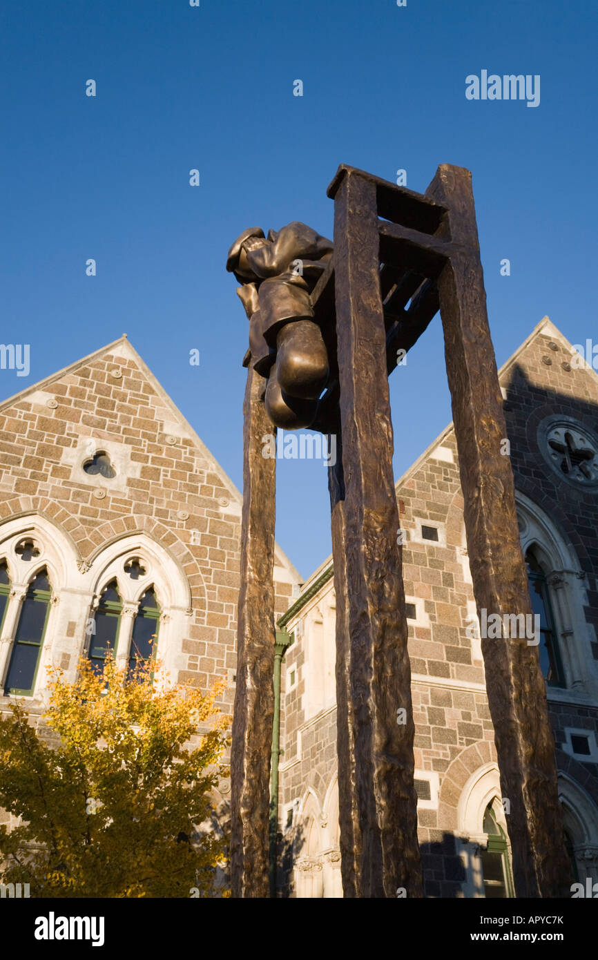 'On the Bench' bronze sculpture by Mackenzie Thorpe outside old Arts Centre Christchurch New Zealand - Stock Image