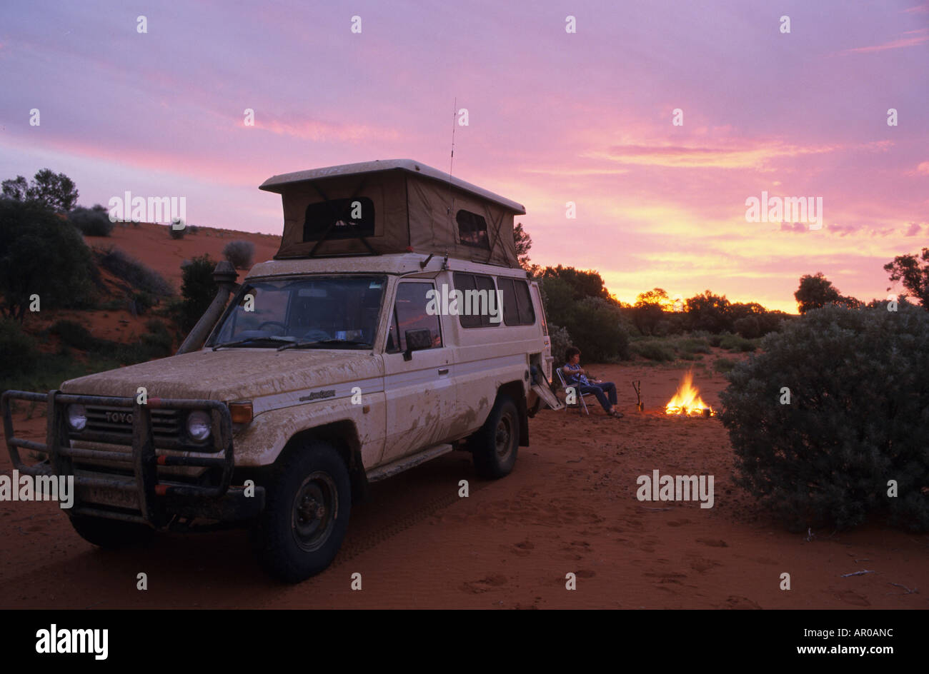 Toyota Landcruiser with roof top tent, camping in desert in the evening, sunset, South Australia, Australia - Stock Image