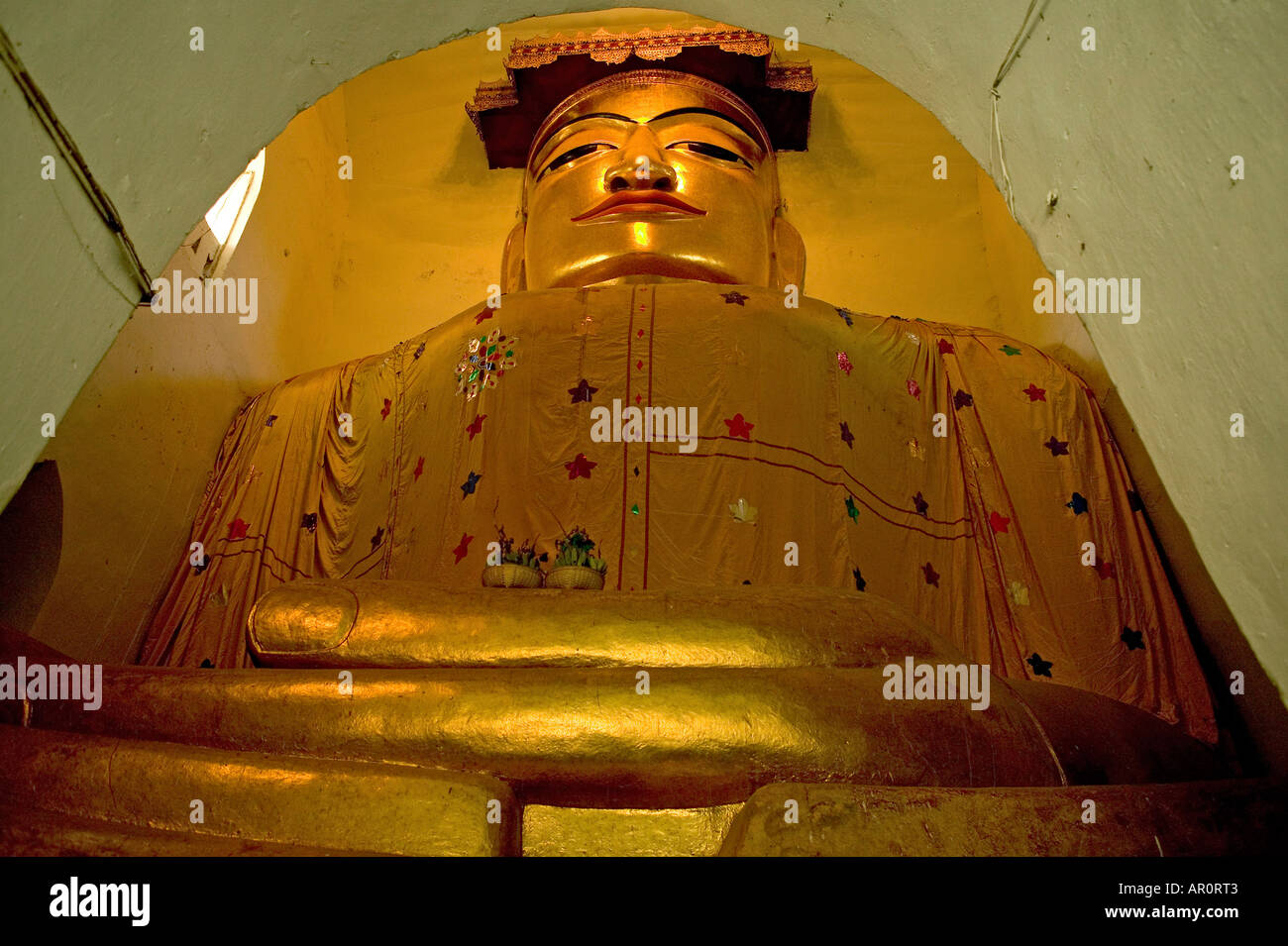 Buddha statue in cramped building, Manuha Paya builta decade afterthe Mon King of Thaton's imprisonment - Stock Image