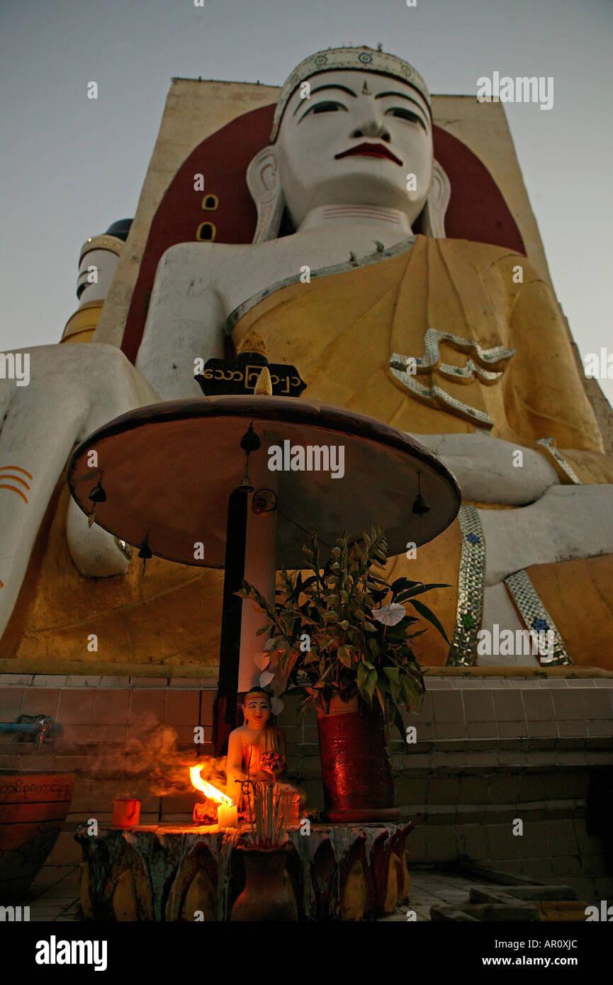Shrine, Kyaik-pun Pagode, Bago, Vier 30 Meter hohe sitzende Buddhafiguren, Kyaikpun Pagoda is formed by four sitting Buddhas 30 - Stock Image