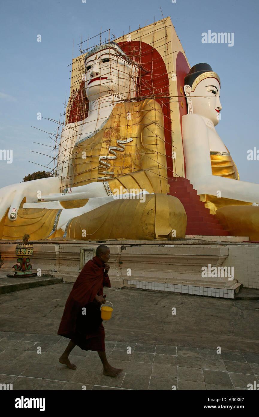 Buddha, Kyaik-pun Pagode, Bago, Buddha Statue and monk, Vier 30 Meter hohe sitzende Buddhafiguren, Kyaikpun Pagoda is formed by - Stock Image
