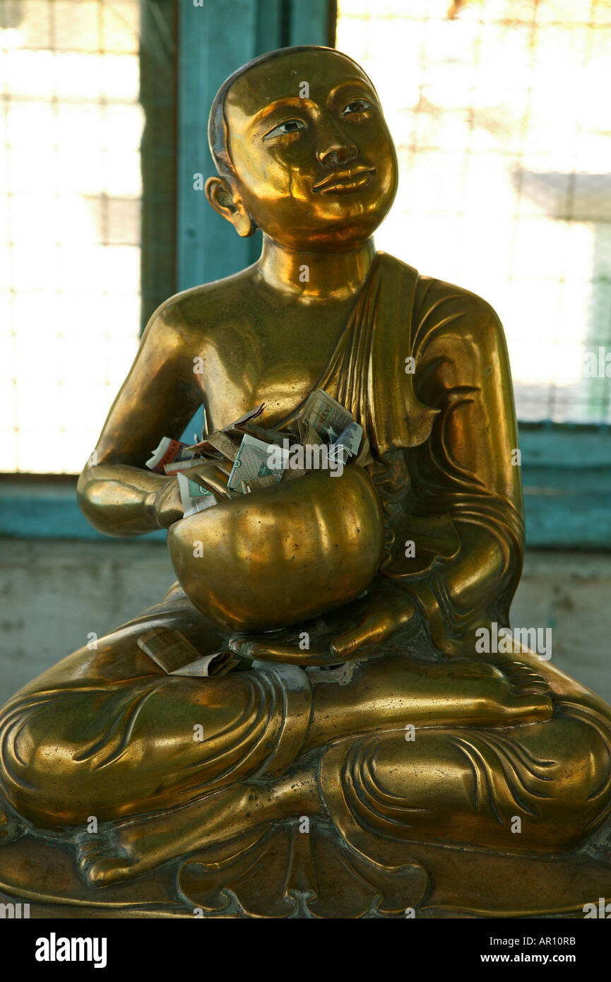 Figure of monk collects offerings, Bronze Monk-Statue sammelt Almosen - Stock Image