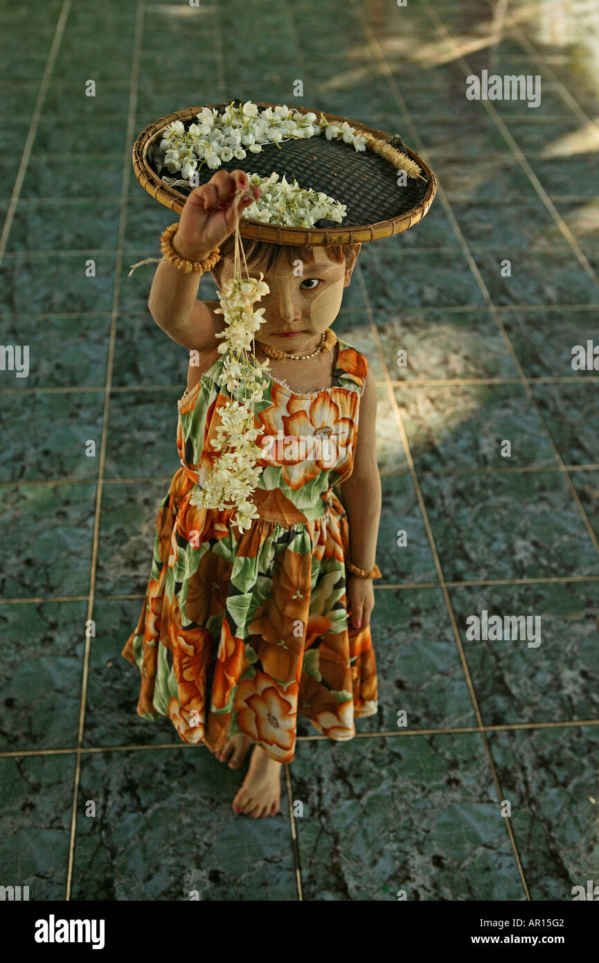 Young flower seller at Kuthowdaw Pagoda, Maedchen verkauft Blumen in Pagode, Mandalay Stock Photo