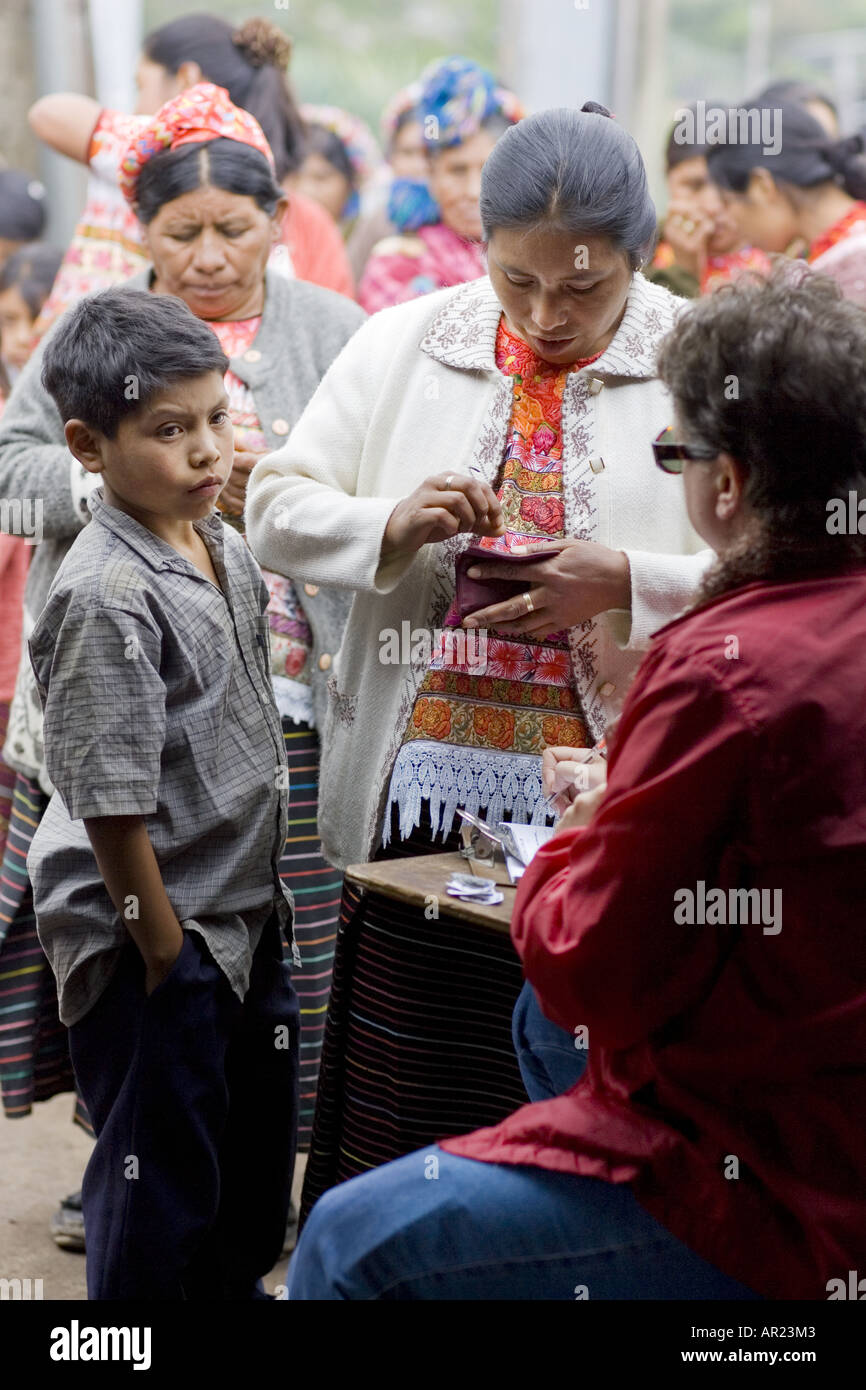 GUATEMALA CAPELLANIA  Maya Ixil families signing up for medical clinic - Stock Image