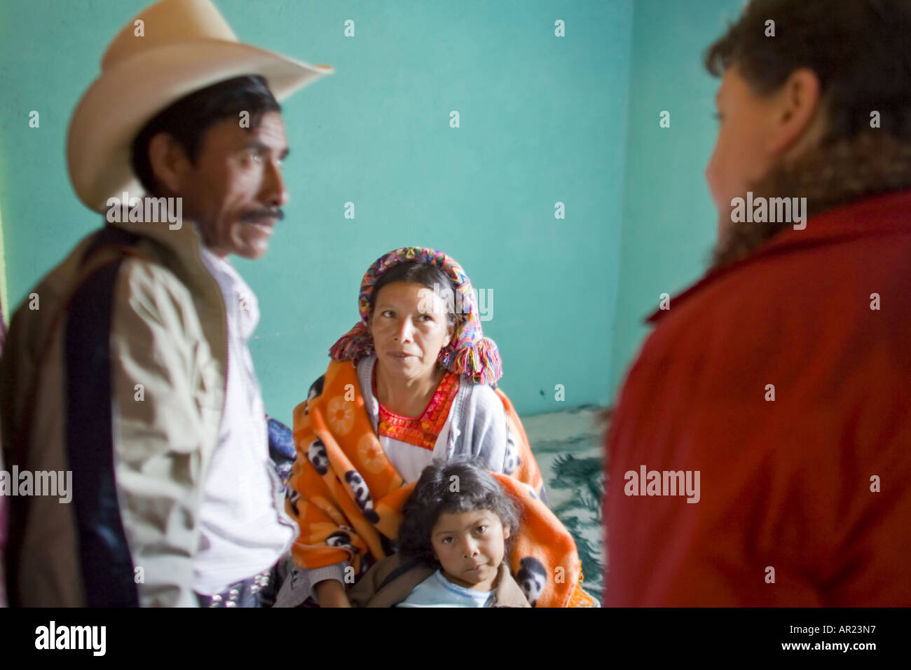 GUATEMALA CAPELLANILLA Indigenous Maya Ixil family in colorful traditional dress - Stock Image