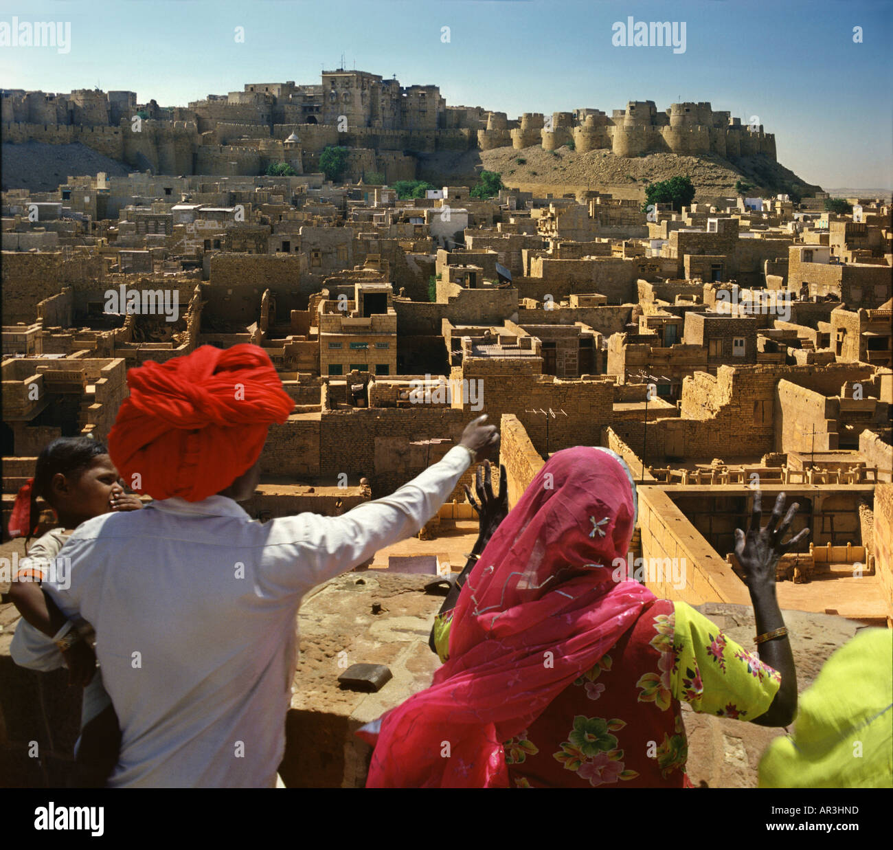 Family on viewpoint, Jaisalmer, Rajasthan, India, Asien - Stock Image